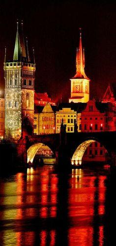 La noche vistiendo el Puente de Charles en Praga República Checa