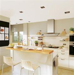 Barra y pasaplatos. Mobiliario lacado color beige, de Deulonder Arquitectura Domèstica. Taburetes de la misma tienda.