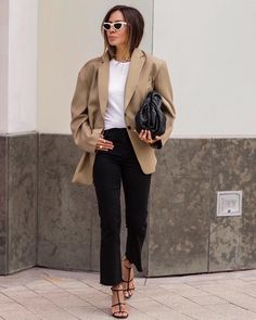 Oversized blazer and chic neutral look The Effective Pictures We Offer You About Blazer Outfit elegant A quality picture can tell you many things. You can find the most beautiful pictures that can be Beige Blazer Outfit, Look Blazer, Blazer Outfits, Blazer Fashion, Fashion Outfits, Sweater Outfits, Skirt Outfits, Spring Summer Fashion, Autumn Winter Fashion