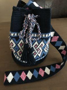 Elegante Crochet Stitches Chart, Tapestry Crochet Patterns, Mochila Crochet, How To Make Handbags, Crochet Purses, Knitted Bags, Crochet Accessories, Purses And Bags, Knit Crochet