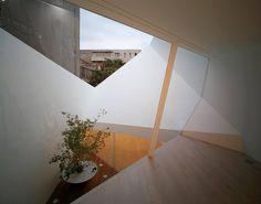 建築師 永山祐子的作品「丘のある家」。 位於高樓之間,先想採光,後保隱私。在屋內築起一座山丘,在這山丘裡擁有抬頭仰望藍天的機會,以及日日沈澱自己的想望。 via Yuko Nagayama & Associates