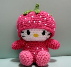 Atemberaubende Strawberry Hello Kitty (customer order) I received a request recently to ask me . Crochet Wool, Love Crochet, Crochet Crafts, Yarn Crafts, Crochet Projects, Amigurumi Patterns, Amigurumi Doll, Crochet Patterns, Hello Kitty Crochet