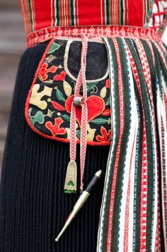 "A sewing pocket! ""A woman from Leksand i Dalecarlia wears her sewing tools hanging from the apron belt. As well as the finely decorated pocket, a knife, needle case and a thimble are part of her costume. Swedish Embroidery, Wool Embroidery, Scandinavian Embroidery, Embroidery Stitches, Sewing Case, Sewing Tools, Textiles, Sewing Pockets, Needle Case"