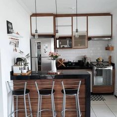 What do you think about this modern small kitchen design? Studio Kitchen, Kitchen Room Design, Modern Kitchen Design, Home Decor Kitchen, Interior Design Kitchen, Kitchen Walls, Kitchen Dining, Deco Studio, Small Apartment Kitchen