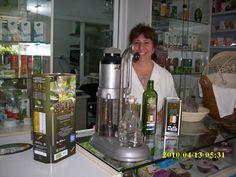 GLORIA PASTOR, en APETECE ecológicos, Camino del Pato, 16- MÁLAGA- Telf. 951-286303- Whats-app 669-765979 - Productos y Elaborados Ecológicos y de Herbodietética. En la foto, acompañada por el antiguo medidor de aceite a granel y los nuevos envases del Aceite de Oliva Virgen Extra Ecológico, de primera presión en frío, ACEITES GIL-LUNA.