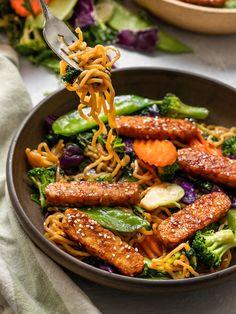 The easiest 20-minute Tempeh Teriyaki Stir Fry made with pan-fried Teriyaki Stir Fry, Teriyaki Sauce, Veggie Fries, Veggie Stir Fry, Vegetarian Recipes Dinner, Vegan Dinners, Stir Fry Ingredients, Vegetable Noodles