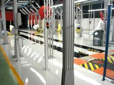 Pavimentazione in resina lucida monocromatica per ambiente industriale