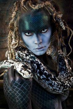 intégration des serpents, de la coiffure (tresses) et du maquillage