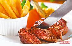 法式蟹肉春雞胸佐白酒醬 500元/午餐 550元/晚餐 雞肉裡夾了雞肉慕斯,口感有層次。