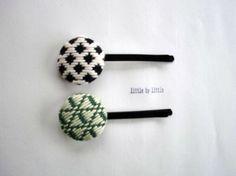 こぎん刺繍のくるみボタンをヘアピンにしてみました。中ボタン:27mm 写真上(2枚目)中ボタン→黒の生地に、生成り色の糸で            こ...|ハンドメイド、手作り、手仕事品の通販・販売・購入ならCreema。