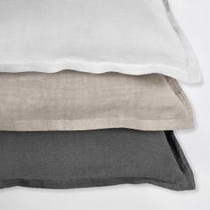 Schöne Bettwäsche aus Leinen in drei unterschiedlichen Größen und Farbtönen. #leinen #bettwäsche #schlafzimmer Towel, Colours, Interior, Pretty, Bedrooms, Sweet, Bed Covers, Damask, Textiles