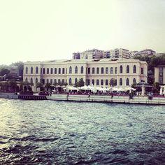 Take a boat on the Bosphorus, you won't regret it, it'd give you an idea of the magnitude, the wealth, and the variety of the city, in both the Asian and European sides // Monta en bote en el Bósforo, es increíble y te puedes dar una idea de la magnitud, la riqueza y la variedad de la ciudad en Asia y Europa.