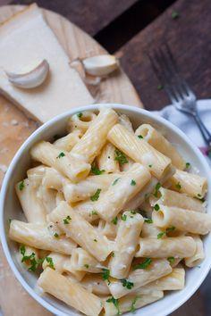 15- Minuten Cremige Knoblauch Pasta. Cremig, würzig und super schnell gemacht - kochkarussell.com
