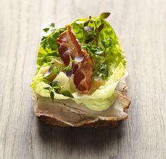 Open sandwich w. roast of pork Scandinavian Food, Danish Food, Deli, Finger Foods, Sandwiches, Brunch, Food And Drink, Appetizers, Bread