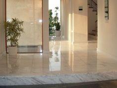 床に大理石タイルを敷き詰めた豪華な玄関ホール。家の顔としての高級感がある(三菱地所ホーム)
