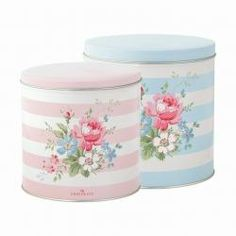 Green Gate / Kulatý box Marie pale pink and blue Pink Blue, Pale Pink, Pink White, Vintage Canister Sets, Cocina Shabby Chic, Betty Blue, Scandinavian Living, Oui Oui, Tin Boxes