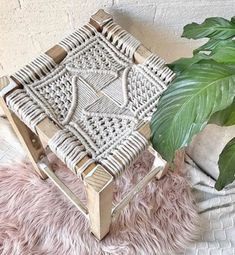 Throwback to that stool I upcycled some time ago.probably one of the trickiest designs to date 🙈 I planned on completing 6 but finished Macrame Chairs, Macrame Bag, Macrame Design, Macrame Tutorial, Macrame Projects, Boho Diy, Macrame Patterns, Hand Weaving, Ideas Bonitas
