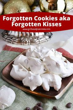 Forgotten Cookies aka Forgotten Kisses are a sweetly romantic, and dreamy meringue cookie that is light as a cloud and full of chocolate chips. New Year's Desserts, Cute Desserts, Holiday Desserts, Dessert Recipes, Candy Recipes, Dessert Ideas, Dinner Recipes, Easy Meringue Cookies, Chocolate Chip Meringue Cookies