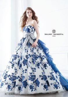 IC-23(ネイビー) - ISAMU MORITA カラードレス - 繊細かつ大胆なブルーのエンブロイダリーが美しく誰しもの心を捉えて離さないISAMU MORITAならではの世界観を感じさせます。 取り外し可能のトレーンやグレーとネイビーのサッシュベルトなどの着脱、コーディネートにより多様な着こなしの提案が可能です。 バックトレーンのボリュームがゴージャス感をアピール。 繊細