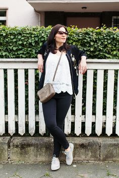 Kleidermaedchen Modeblog über Fashion, Beauty & Lifestyle - Erfurt, Deutschland. Laced top+embroided bomber jacket+taupe crossbody+black skinny pants+white sneakers. Spring outfit 2016