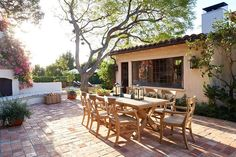 A Spanish-style hacienda so inviting, it has a starring role in the film 'Home Again' The outdoor te Home Again, Elle Decor, Reese Witherspoon House, Film Home, California Living, California Garden, Spanish Style Homes, Mediterranean Decor, Mediterranean Architecture