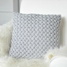 Crochet pillo w, light grey, Drops Paris Crochet pillow made with light grey yarn best 25 crochet cushions ideas on crochet Mandensteek 2 om Lijkt me l To jest piekne! Crochet Ripple, Crochet Cable, Chunky Crochet, Crochet Home Decor, Crochet Crafts, Crochet Projects, Crochet Cushion Cover, Crochet Cushions, Crochet Pillow Patterns Free