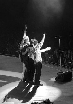 The end of each night of the iNNOCENCE + eXPERIENCE Tour, all four guys taking a bow to a roaring crowd.  Bono actually stopped for a minute at Chicago 5 and thanked us for our love & enthusiasm, plus a few more words.  My memory card was full....I so want to find that clip.