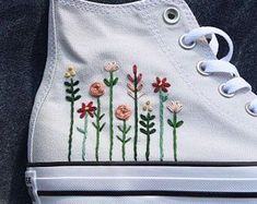 Converse bordado con un logo floral - ideas hermosas y diferentes Floral Embroidery, Embroidery Stitches, Embroidery Patterns, Hand Embroidery, Converse Floral, Diy Converse, Floral Sneakers, Converse Shoes Outfit, Women's Shoes