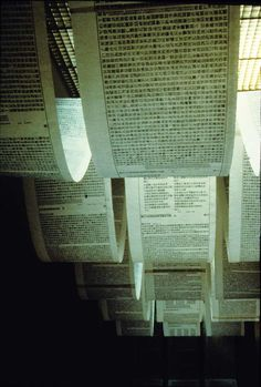 mais um exemplo de lâminas de texto penduradas no teto