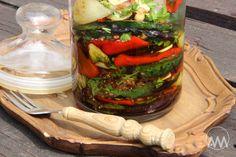 Tuto naloženou zeleninu musíte rozhodně vyzkoušet. Inspirovala jsem se už loni jedním řeckým receptem na naložený lilek, který jsem teda ... Ratatouille, Pickles, Cucumber, Canning, Ethnic Recipes, Food, Essen, Meals, Pickle