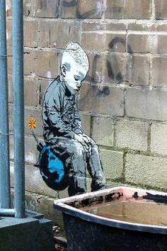 Garçon sur la Bombe par basé à Berlin pochoir Artiste de rue Alias