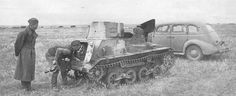1939, Russland Ein russischer Kameramann schaut in einen japanischen Typ 94 Panzer nach der Schlacht von Galchin Gol  Im Hintergrund ein russisches Auto GAZ-M1