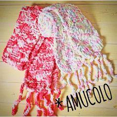 ダイソーの編み物ブック「棒針あみ」に載っていた赤いコートのモデルちゃんが巻いているマフラーを子どもサイズにアレンジ。 「あむころ」モール毛糸はmixカラーが可愛くて、つい孫2人分編んでしまった! フリンジをくさり編みでクルクルに。もっとクルクルさせると可愛いんだけどなぁ〜 • しかし100円×3玉で1本分、やす!  • #daiso #muffler #handmade #love #cute #pink #fashion #kids #colorful #あみもの #ダイソー #毛糸 #子ども #ほっこり #楽しい #作品 #おそろい #ファミリー #夢中 #大好き