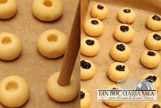 Din bucătăria mea: Fursecuri fragede umplute cu gem Romanian Desserts, Romanian Food, Cookie Recipes, Dessert Recipes, Food Cakes, Biscotti, Food To Make, Bakery, Sweet Treats
