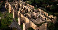 L'imperatore Augusto decise di stabilire la propria abitazione sulla sommità del colle Palatino proprio lì dove lo stesso imperatore era nato.