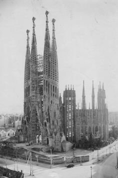 The four completed bell towers of the Nativity Façade 1930 Sacred Architecture, Amazing Architecture, Historical Monuments, Historical Photos, Antonio Gaudi, Barcelona Catalonia, Barcelona Travel, Madrid, Spain Travel