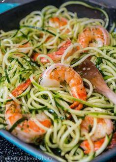 2 courgettes 20 crevettes crues 125 g de tomates cerise 3 gousses d'ail 4 c à. Shrimp Recipes, Diet Recipes, Cooking Recipes, Healthy Recipes, Diet Meals, Garlic Shrimp, Shrimp Pasta, Shrimp Noodles, Seafood Dinner