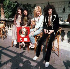 (L-r) John Deacon, Freddie Mercury, Roger Taylor und Brian May von der Band… John Deacon, Queen Photos, Queen Pictures, Queen Freddie Mercury, Queen Band, Queen Queen, Brian May, Stevie Nicks, Stevie Ray