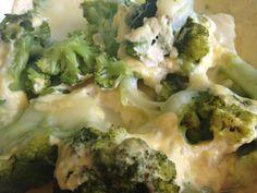 Brokolicu a zemiaky nakrájame a uvaríme na pare. Zemiaky sa varia rýchlejšie, takže ich pridávame až keď je brokolica mäkká. Všetko naukladáme do zapekacej misy a posypeme nastrúhaným syrom.