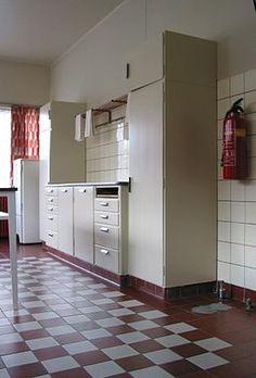 File:Bruynzeel kitchen in Sonneveld House Rotterdam. Art Deco Kitchen, Kitchen In, Art Deco Bathroom, Vintage Kitchen, Kitchen Design, 1930s Kitchen, Bauhaus Interior, Interior Architecture, 1930s House Renovation