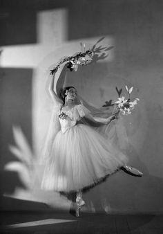 Alicia Markova as Giselle in Ballets Russes de Monte Carlo, black and white photograph, 1937