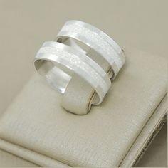 Compre Par De Alianças De Compromisso Prata 950 Friso Diamantada no Elo7 por R$ 159,90 com frete grátis | Encontre mais produtos de Alianças de Prata e Jóias parcelando em até 12 vezes | CONFECCIONANDO JOIAS COM TRADIÇÃO, QUALIDADE E BOM GOSTO *METAL: PRATA 950 *PESO MÉDIO: 7,5 GRAMAS..., CB4A68 White Gold Wedding Bands, Wedding Rings, Alliance Ring, Engagement Rings Couple, Matching Rings, Fashion Watches, Piercing, Gold Rings, Fashion Jewelry