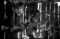La Realidad es nuestra. Otro mundo no sólo es posible, sino está llegando. Si me detengo a escuchar, en un día tranquilo, puedo oír su aliento  ★ Arundhati Roy ★ foto: Mujer moliendo maíz en su casa (La Realidad comunidades indígenas zapatistas)