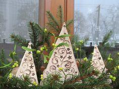 Stromečky Tyto stromečky by rádi využili Vašeho domova nebo zahrady k nastěhování. Vezmou zavděk i truhlíkem nebo květináčem. Ale mohou stát i samostatně na okenním parapetu, komodě, skříňce... Můžete si udělat celý les. Hvězdičky jsou vykrojeny skrz, takže po rozsvícení svíčky budou svítít do dálky. Na svíčku jsou zezadu opatřeny ohrádkou, abyste nemuseli ...