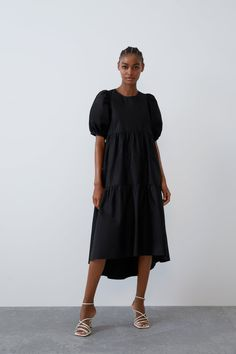 Just look at this dress but Zara is not joking this season sha Kai. XS-XXL Available on order Also in black. Send Dm/WhatsApp 07015551801 To order. Short Sleeve Dresses, Dresses With Sleeves, Midi Dresses, Poplin Dress, Trends, Bow, Zara Women, Zara Black, Models