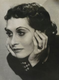 Madame de Jouvenel, (Dora Maar)(Nov 1907 – July French photographer, poet & painter, best known for being a lover of Pablo Picasso. Dora Maar, Guernica, Man Ray, Pablo Picasso, French Photographers, Portrait Photographers, Photo Portrait, Artist Bio, Portraits