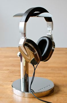 DIY Headphone Stand - Build a cool headphone hanger to get your over-the-ear headphones off your desk and keep them safe when you're not using them. Well we have some DIY Headphone Stand Ideas for you. Diy Headphone Stand, Headphone Holder, Headphone Storage, Headphone Splitter, Best In Ear Headphones, Cheap Headphones, Cool Diy, Headset, Cordless Headphones