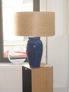pied de lampe laquée couleur bleu abat jour original en bois carte intérieur blanche l'abat jour finira dans un lampadaire decentré
