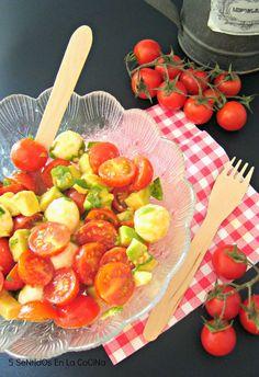 : Ensalada caprese de cherrys con aguacate y aliño de albahaca