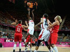 Os EUA venceram a Croácia por 81 a 56 na estreia do basquete feminino no grupo A da Olimpíada de Londres  Foto: Getty Images